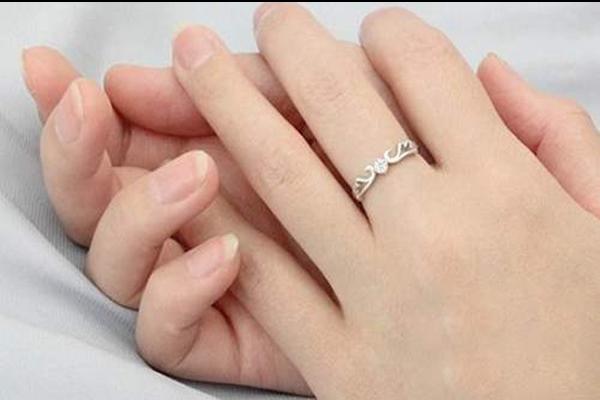 热恋男女戒指怎么带  第1张