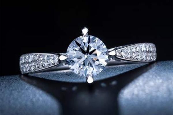3克拉钻石多大 买钻石看什么  第1张