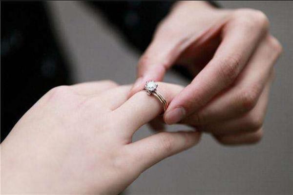 情侣怎么带戒指 情侣戒指哪个牌子好
