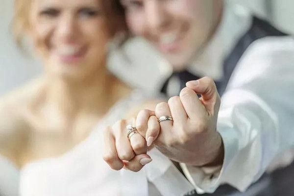 婚戒带哪个手 五指戴戒指的含义  第2张