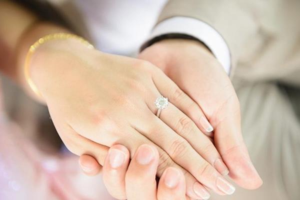 订婚戒指跟结婚戒指一样吗