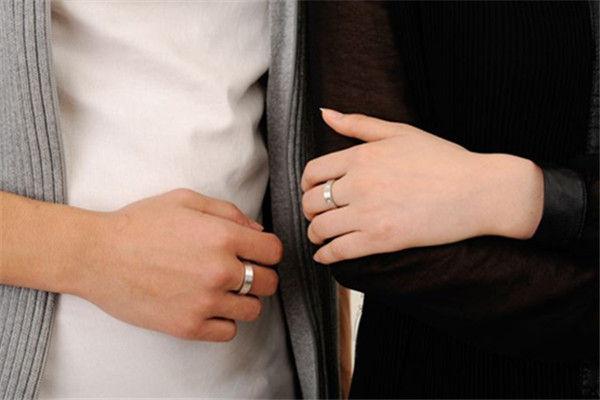 对戒带哪个手指 五指戴戒指的含义有哪些  第2张