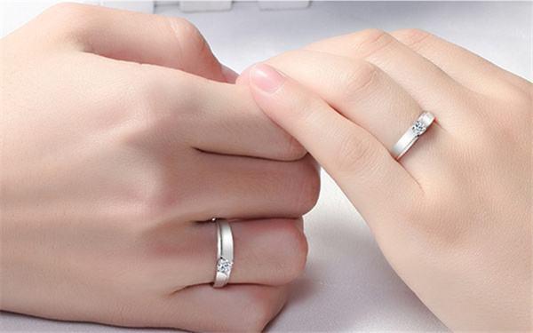 对戒带哪个手指 五指戴戒指的含义有哪些  第3张