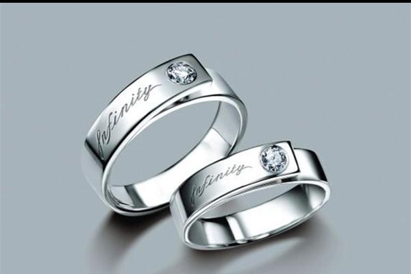 婚戒带哪个手 五指戴戒指的含义  第1张