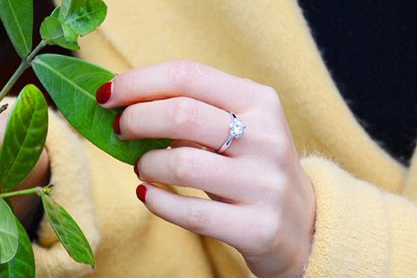 订婚戒指带哪个指头  第2张