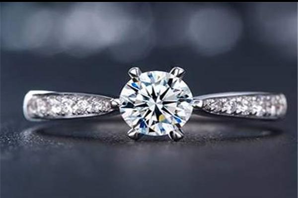 如何挑选求婚钻戒