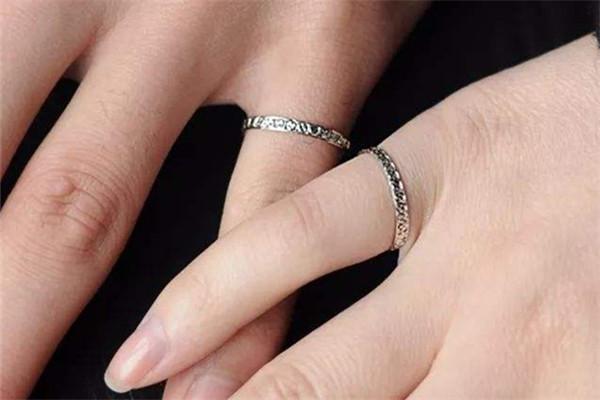 尾指戴戒指代表什么  第1张