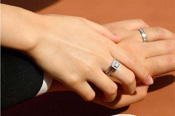 订婚男女戒指怎么带  第2张