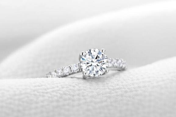 订婚要买几个戒指 订婚钻戒买多大的合适  第1张