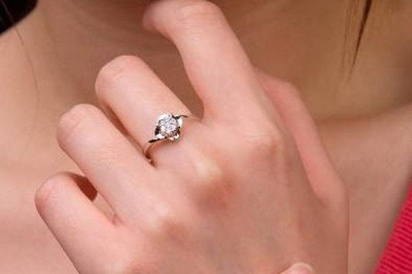订婚要买几个戒指 订婚钻戒买多大的合适  第2张