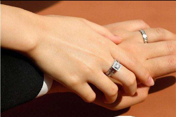 情侣戒指带哪个手指上
